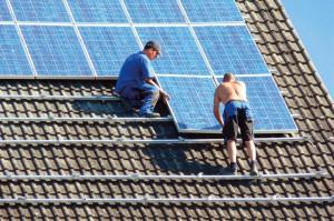 Bei Arbeit in der Sonne ist auf einen ausreichenden Lichtschutz zu achten